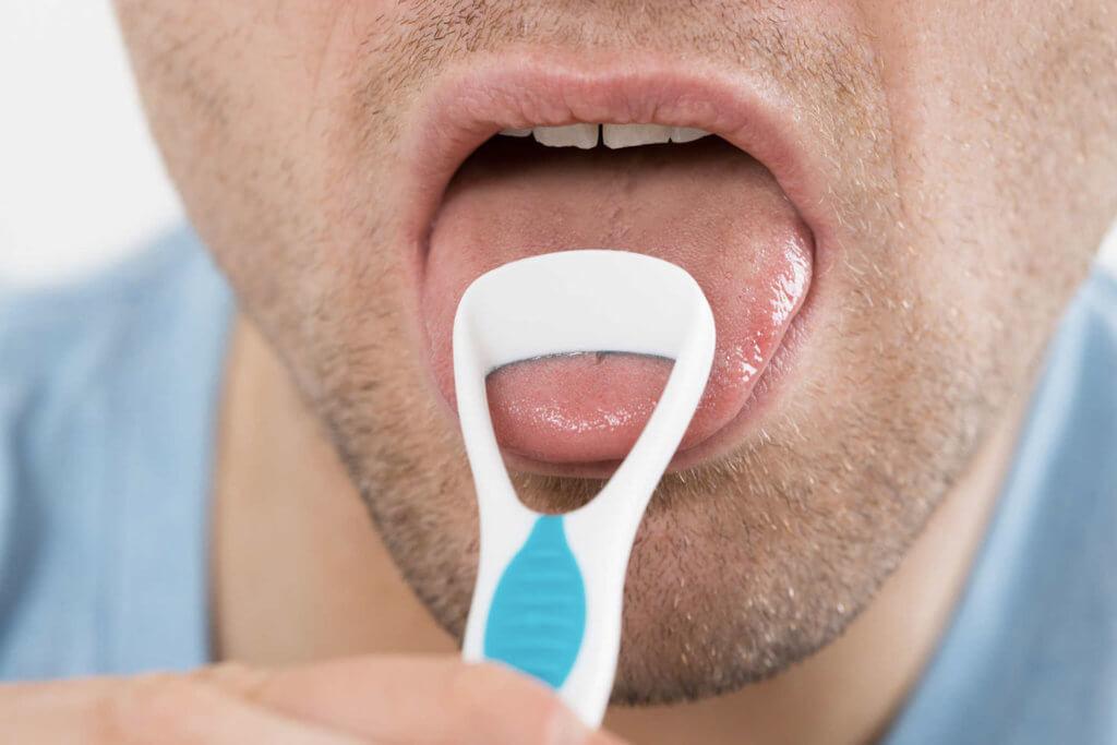 Dica para manter boa saúde bucal: escove a língua - StudioUno Odontologia - Brasília/DF