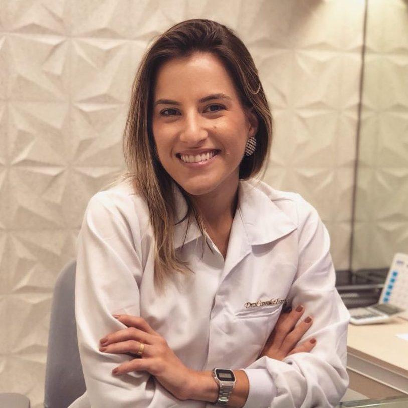 Dra. Camila Farias - Dentista especialista em Periodontia da Clínica StudioUno Odontologia - Brasília/DF